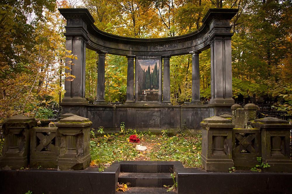 この手の話によくあるように、彼女は伝説の人となった。人々は彼女をモスクワの様々な教会で見たと言う。言い伝えによると、未だにコップを持って施し物を集めているらしい。 / 墓石に使われた「死の島」(ベックリン)の絵の一部。