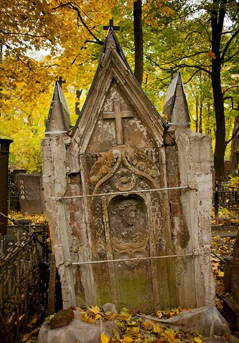 ヤコヴ・ダニロヴィチ・ローゼンタールもここに埋葬されている。彼はゲルツェン・ハウス・レストラン・グループの支配人であり、ミハイル・ブルガーコフの小説『巨匠とマルガリータ』に出てくるアルチバリド=アルチバドリッチのモデルになっている。