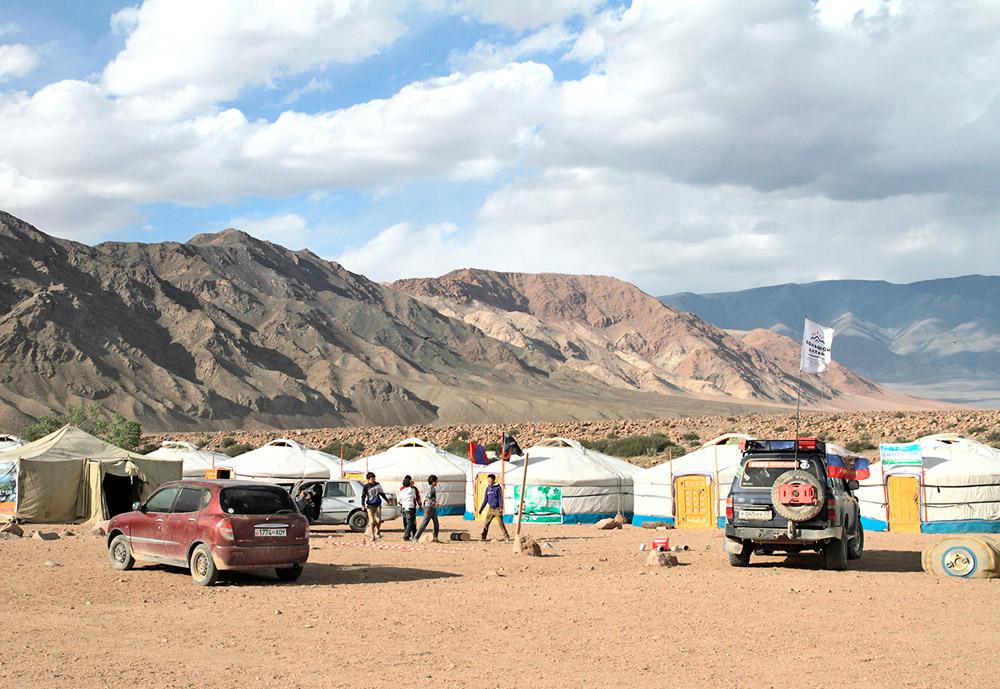 カザフスタン、中国とモンゴルの間にあるアルタイ山脈は何世紀にもわたり、数多くの遊牧民族の住処だった。移動し続ける遊牧民 でも、時々一カ所に住み着くこともある。このような時期には、遊牧の生活に適したフェルトのゲル(家屋)で生活する。