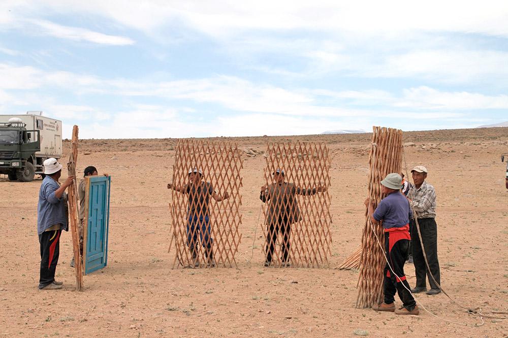 ゲルは僅か30分で組み立てることができる。20世紀半ばのモンゴルには、寺院と修道院以外、建物はほとんどなかった。モンゴルの 人々は皆ゲルに住み、遊牧を続けていた。/ ゲルを組み立てる第一歩は、ハーンという折り畳みの格子を開き、ゲルの壁の部分を作ることだ。