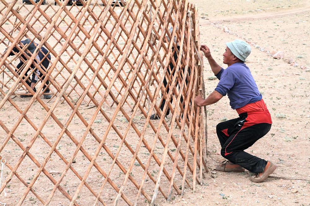 今日もゲルはその意義を失っていない。何千人ものモンゴル遊牧民が未だにゲルで生活している。 / ゲルの内部は、仕切りを使って部屋を作ることができる。