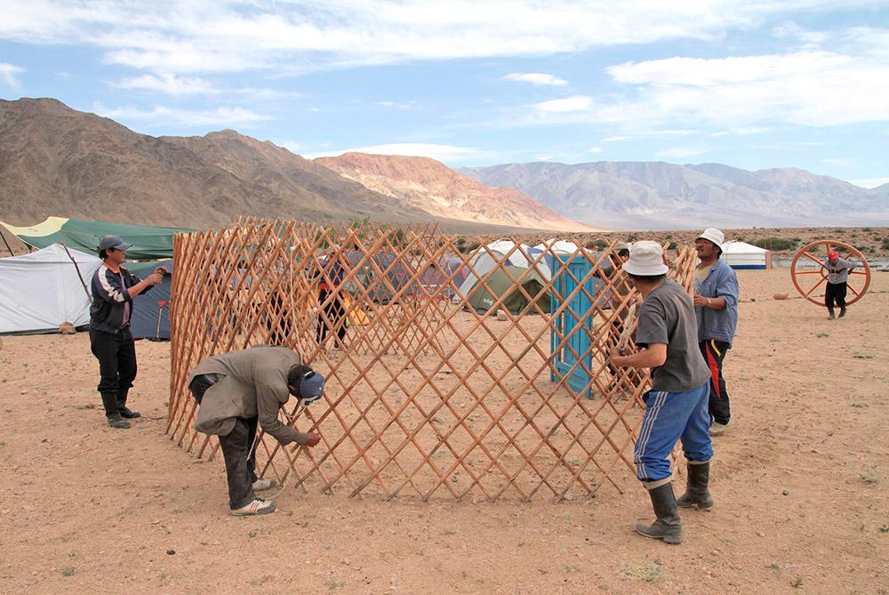 モンゴルの村人は頻繁に観光客を迎え入れ、馬乳を出し、馬で山のツアーに連れて行き、地元の羊毛で作ったフェルトのお土産を売っている。/ 通常、ゲルの下の部分は4~6個の木製の格子壁でできている。