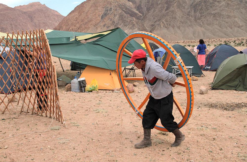 В селата в Алтай хората често си строят постоянни домове с равен покрив. Например в с. Кош-Агач има само такива къщи. Това е едно от най-сухите места в Русия – просто няма смисъл да се строят островърхи покриви. / Покривът на юртата се прави от колове и един кръг в средата.