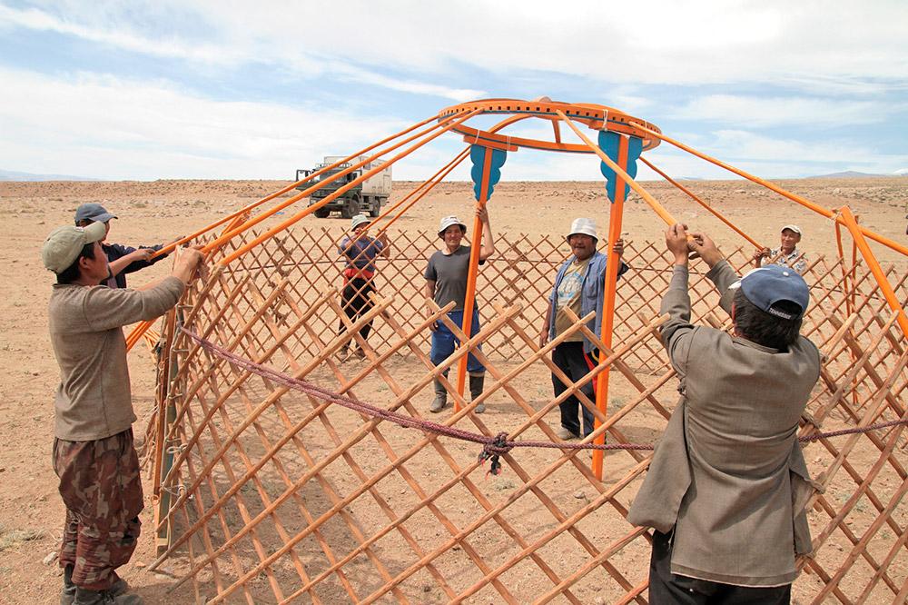 Отвътре юртата е изолирана с многоцветни килими и местни шарки. Но цивилизацията е достигнала и това място. Много пастири използват слънчеви батерии.