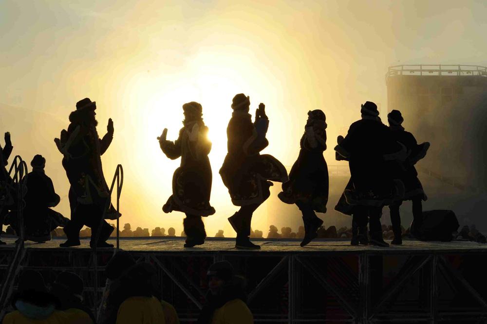 点火式で披露された民族ショーには先住民も参加した。