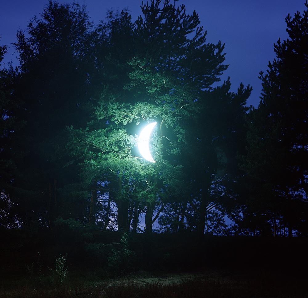 10年以上前、モスクワのアーティスト、レオニード・ティシュコフは、月の形をした照明オブジェを作った。初めてのインスタレー ション・アートは、三日月が木からぶら下がっている絵を描いたベルギーのシュルレアリズム芸術家、ルネ・マグリットに捧げられた。 / 2003年アート・クリャズマ芸術祭