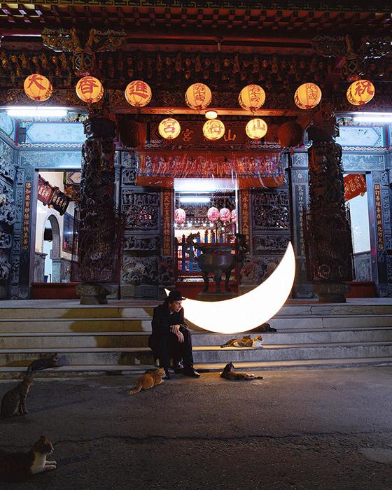 「プライベート・ムーン」の最も詩的で遠い旅は、去年台湾に行ったことだった。この時の写真は、現在ヴィンザヴォード・モスクワ現代美 術センターのペチェルスキー・ギャラリーで開催されている「プライベート・ムーンのフォルモサへの旅」展で見ることができる。 / 台湾、高雄市
