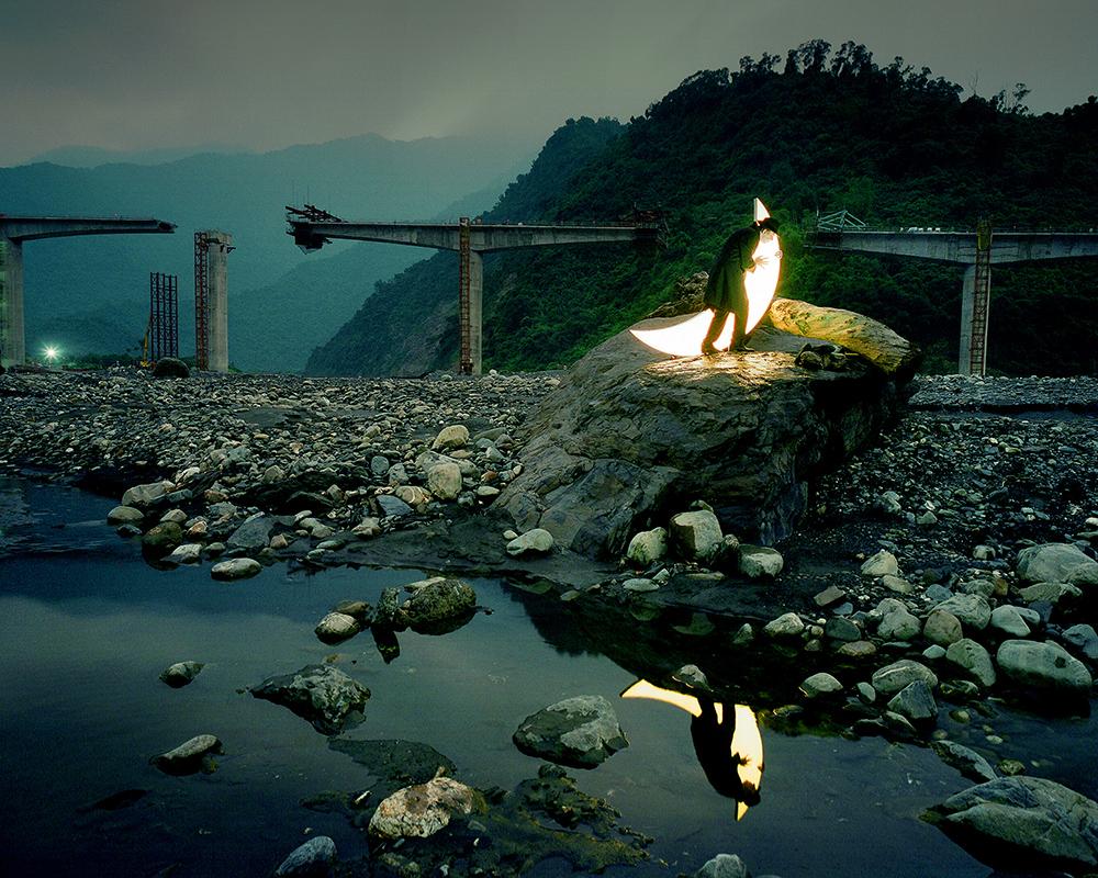 台湾の見事な自然、月を詠う漢詩、そして高雄市の人々の反響を受け、レオニード・ティシュコフはユニークな写真を数々作った。 この写真は、山の橋を破壊したが、人々の辛抱強さを揺るがす事はできなかったモーラコット(平成21年台風第8号)の猛威を物語る。 / 台湾、茂林区