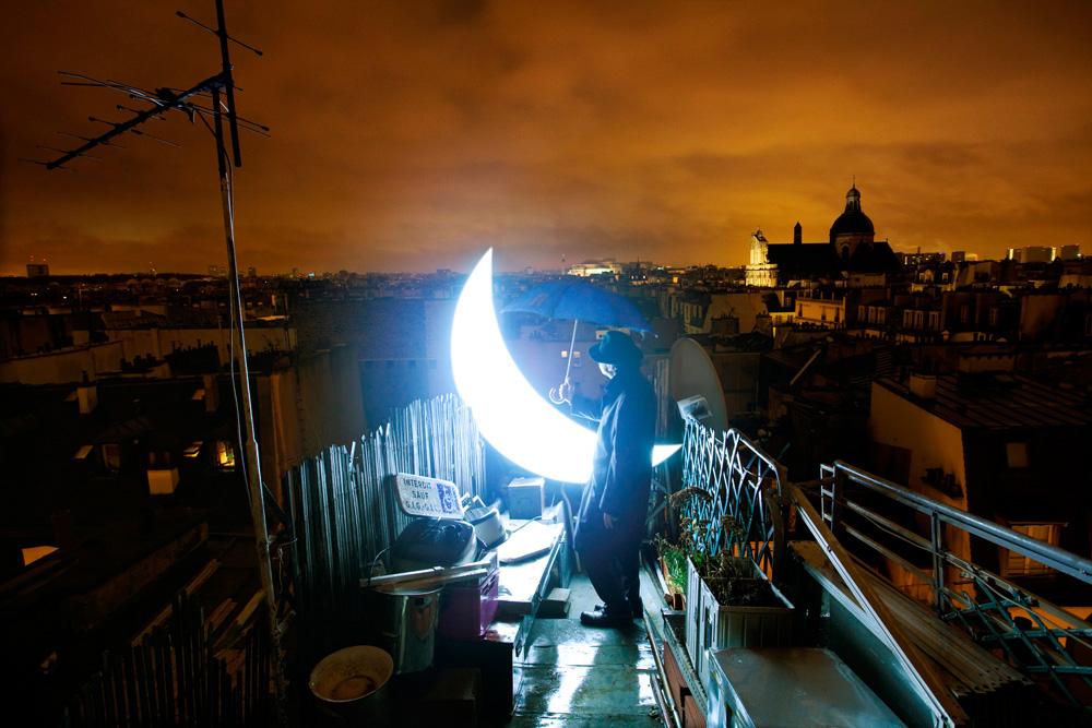 レオニード・ティシュコフは、プロジェクトを「プライベート・ムーン」と名付け、旅を始めた。 全ては、モスクワの南にあるワークショップの屋根から始まり、パリへと続いた。詩的な写真はこの何年にも渡るアート・パフォーマンスの記録だ。 / パリの屋根の上の「プライベート・ムーン」