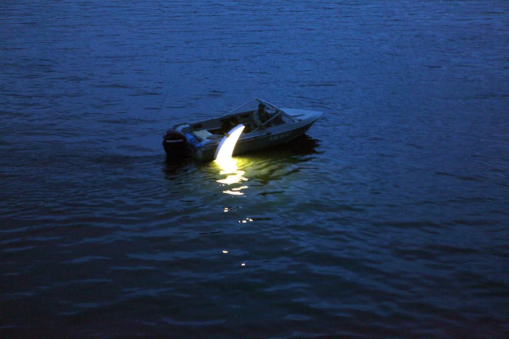 彼は漁網で、シベリアのエニセイ川から、光るムーンを引きずり出した事もある。これはクラスノヤルスクの国際現代芸術ビエンナーレで の出来事だった。 レオニード・ティシュコフはこのパフォーマンスに「魚の王様」という題名を付け、そこに住んでいたロシア人作家ヴィクトル・アスタフィエフに捧 げた。 / シベリア、エニセイ川とムーン