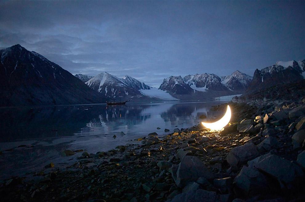 2010年、「プライベート・ムーン」はスウェーデンの北極圏にあるスヴァールバル諸島へ旅した。国際的な科学者チームと共に、ムーンは北極近くへ 行き、セイウチ、アザラシ、ホッキョクグマ、さらにはシロナガスクジラまでもがムーンに感嘆の眼差しを向けた。 / 北極圏スヴァールバル諸島マグダレーヌ・フィヨルドでの「プライベート・ムーン」