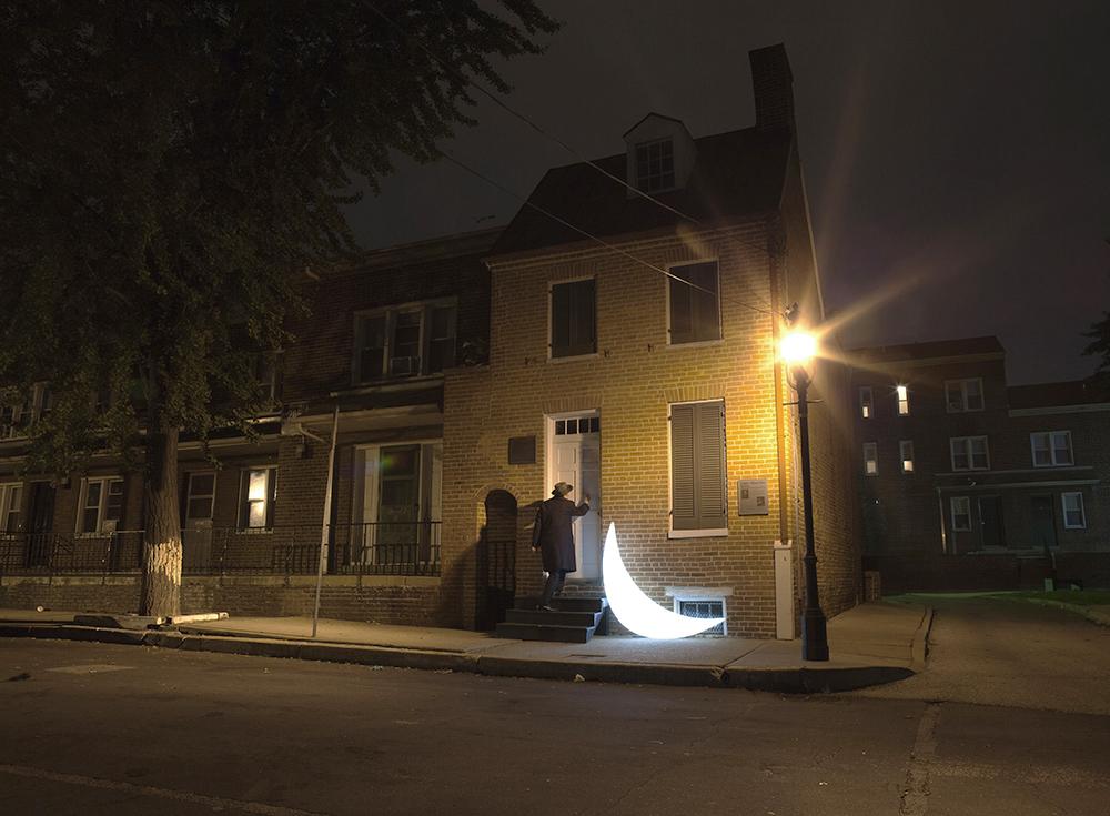 アメリカにいる間、「プライベート・ムーン」は、アメリカの偉大な詩人、エドガー・アラン・ポーを訪れた。ボルチモアにあるポーの家お よび博物館はここ数年閉鎖されていたが、ムーンがそこにいる間、奇跡が起きた。家は再び来客を迎え始め、皆が「大鴉」を書いた作家の最後の家を見ることができる。 / 「プライベート・ムーン」とポーの家および博物館、ボルチモア、アメリカ