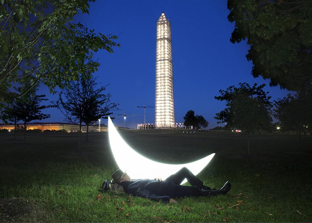 アメリカは「プライベート・ムーン」を歓待した。ムーンは南北戦争の戦場を訪れ、メリーランド州やヴァージニア州の高 速道路を走り、この写真では旅仲間と共にワシントン記念碑の下で休んでいる。