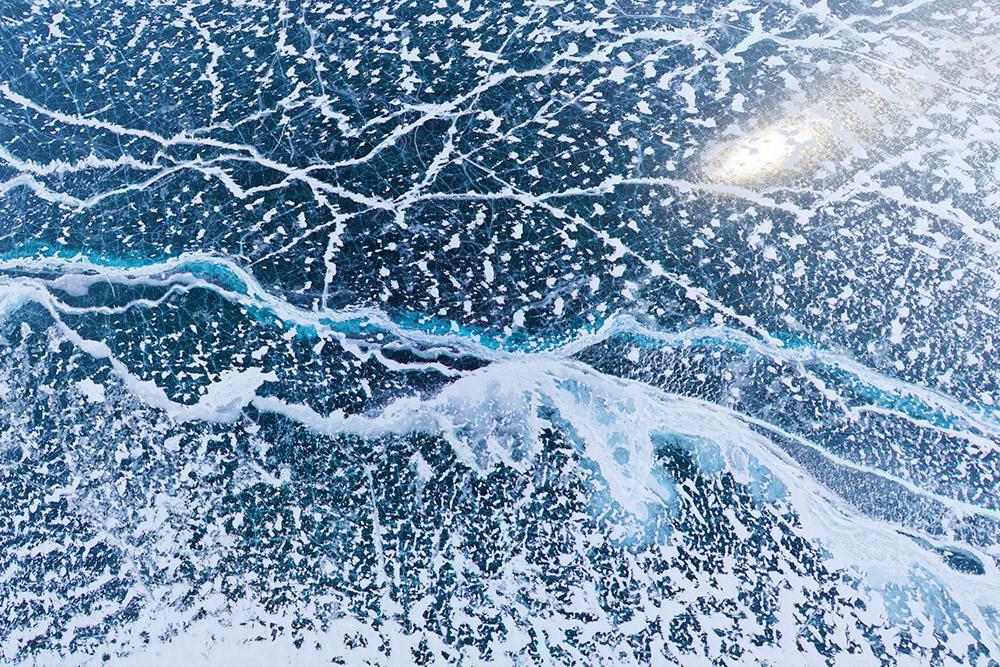 Retakan di lapisan es Danau Baikal dilihat dari ketinggian 200 m