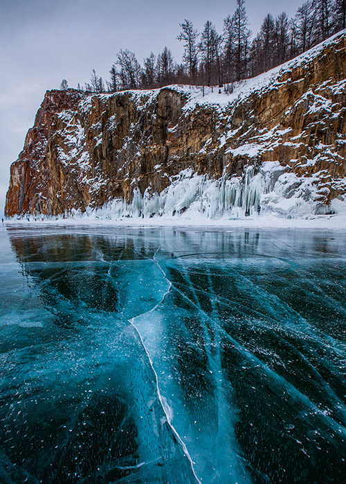 Un viaggio attraverso l'universo, l'aurora boreale, i frammenti degli iceberg... Il resto dipende dalla vostra immaginazione. La stagione invernale sul lago Bajkal, il lago più profondo del mondo (a 70 km da Irkutsk), è una fiaba invernale per veri romantici