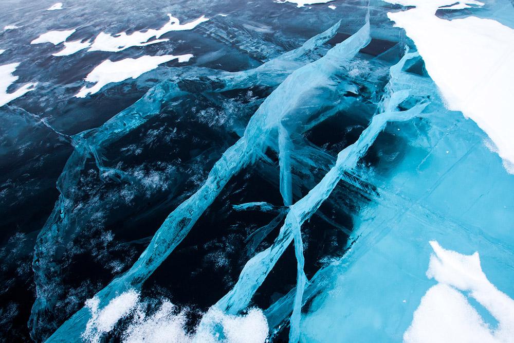 Il lago Bajkal ha il suo bacino in una vasta faglia tettonica che cresce ogni anno di circa due centimetri come altri laghi del continente africano o sudamericano. Se tutti i fiumi sulla Terra affluissero nel Bajkal ci vorrebbe un anno per riempirlo