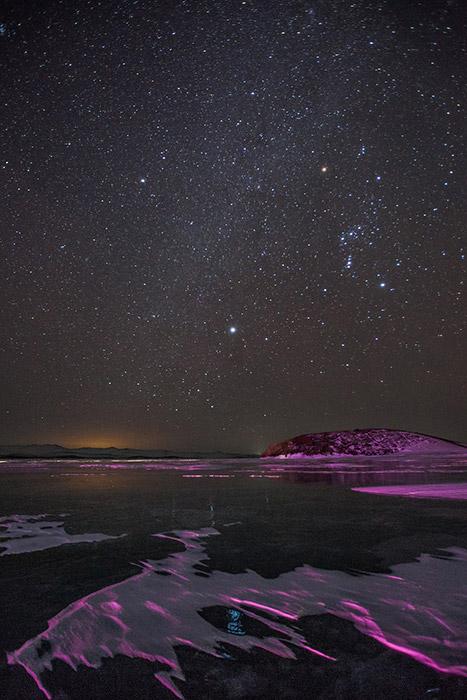 Vi sono due modi per raggiungere il lago Bajkal: in aereo o in treno. Se si proviene da una città vicina (come Irkutsk o Ulan-Ude) si può raggiungere il lago in autobus o in automobile