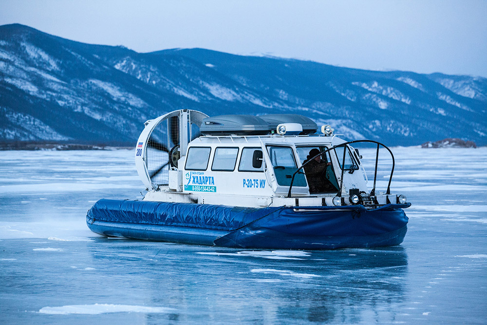Tutti dovrebbero visitare il lago Bajkal: è incredibilmente bello, e non soltanto una volta, ma in diversi periodi dell'anno. In inverno ad esempio si può provare il brivido di guidare l'automobile sulla superficie del lago