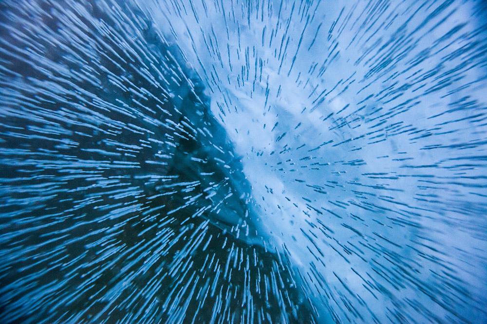 L'aria si congela creando incantevoli piccole piramidi e colonnine sugli strati superficiali del ghiaccio