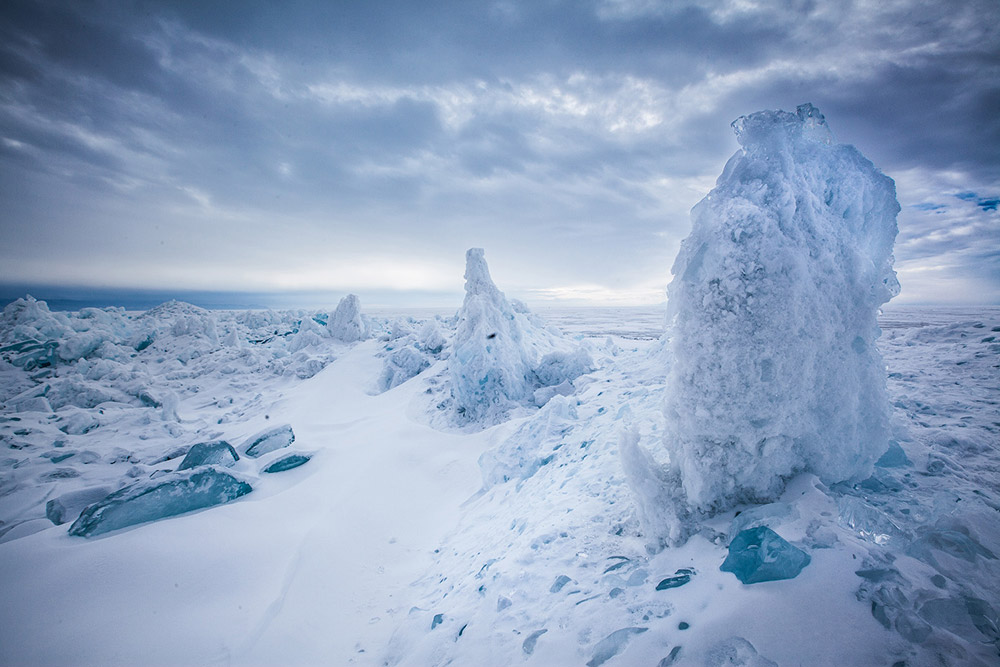 Sulla strada è possibile imbattersi nei Toross, immense formazioni di ghiaccio che raggiungono i 10-20 metri di altezza, originatesi in seguito alla compressione della lastra superficiale di ghiaccio