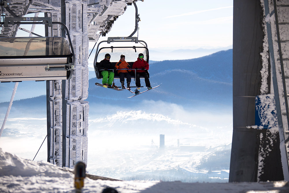 Mount Zelyonaya (Green Mountain) is the main area for skiing and snowboarding in Sheregesh. That is where most of the cableways are concentrated.