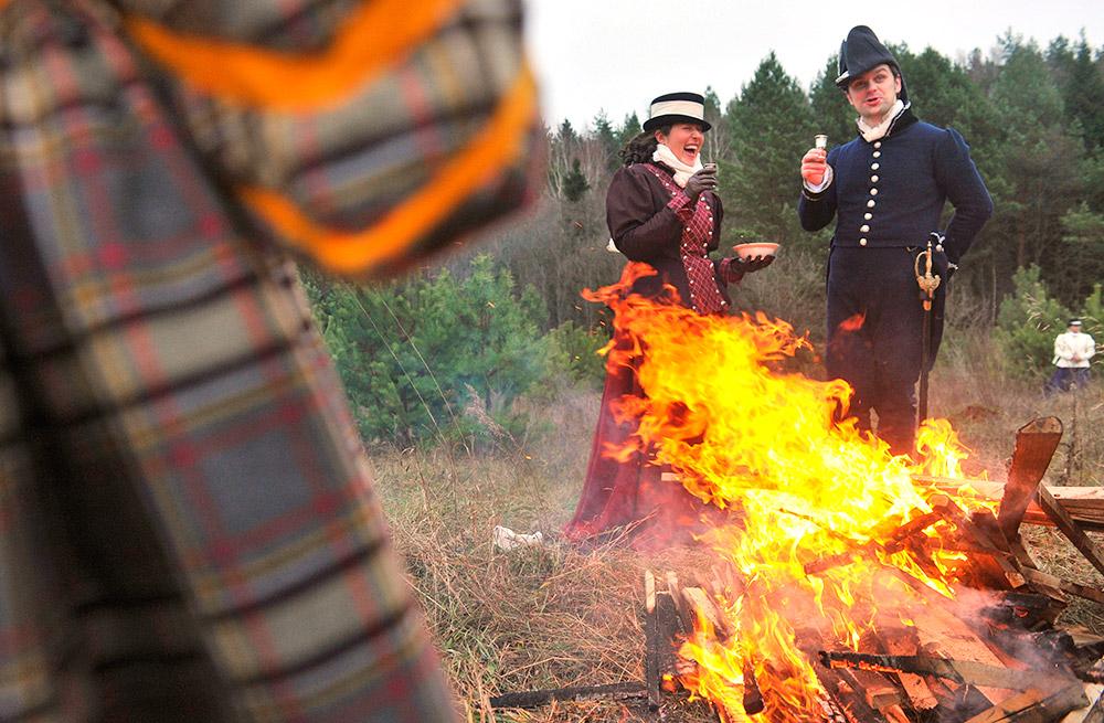 Berkuda dengan mengenakan kostum bangsawan abad pertengahan sering diadakan di Avanpost Ranch, Mozhaysk, Moskow. Anda bukan keturunan bangsawan? Jangan bimbang, Anda dapat turut serta dalam kegiatan berburu bergaya abad ke-19 yang otentik ini.