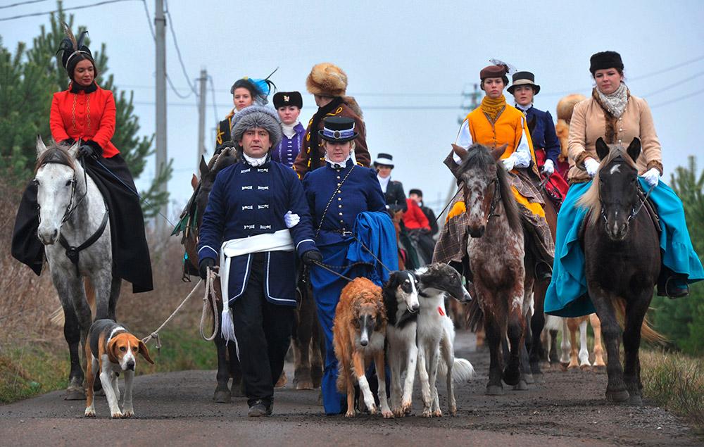 """Diselenggarakan semirip mungkin dengan tradisi Rusia, termasuk menggunakan anjing sebagai pelacak hewan buruan. Peserta di baris pertama mengenakan kostum tradisional dan membentuk yang disebut """"rovnyazhka"""" (sebuah """"garis lurus""""). Perburuan dilangsungkan di tempat terbuka dan minimal menyertakan tiga ekor anjing pelacak."""
