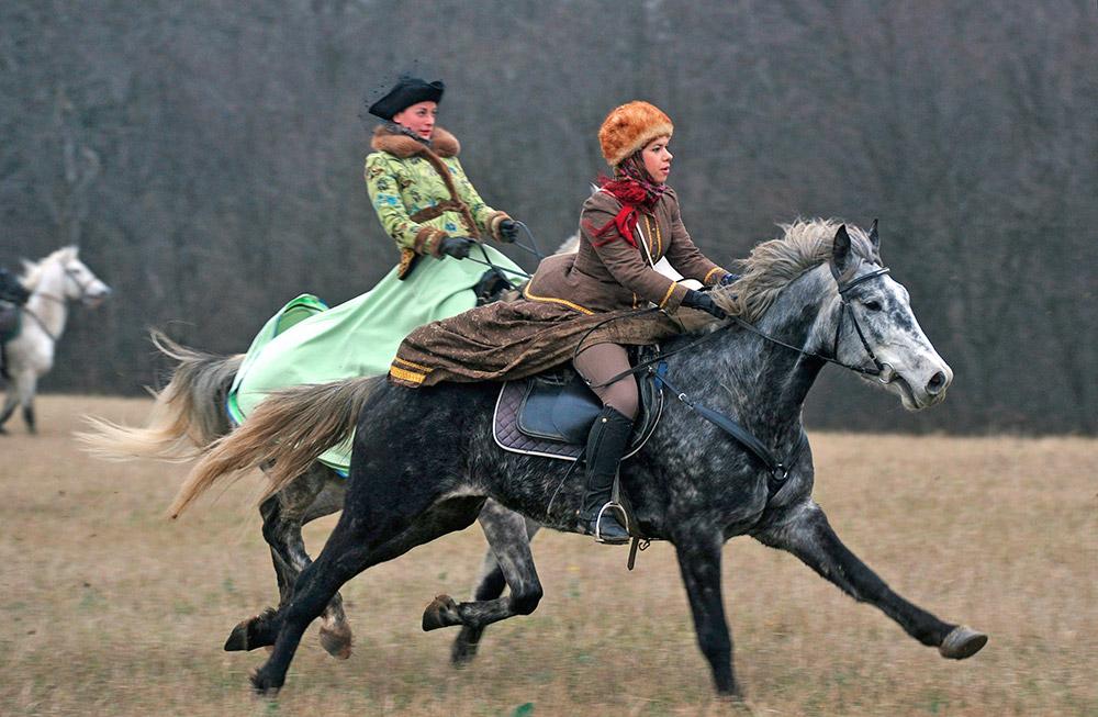 アレクセイ・ミハイロヴィッチ帝の鷹狩りには、100人の鷹匠が付き、彼らは年中昼も夜も鷹達と過ごして面倒を見ていた。鷹 はコローメンスコエ、ソコルニキとポクロフスコエの宮殿にいた(ソコルニキとコローメンスコエは、現在モスクワ市の一部であり、ポクロフスコエはモスクワ州 の都心から45kmのところにある)