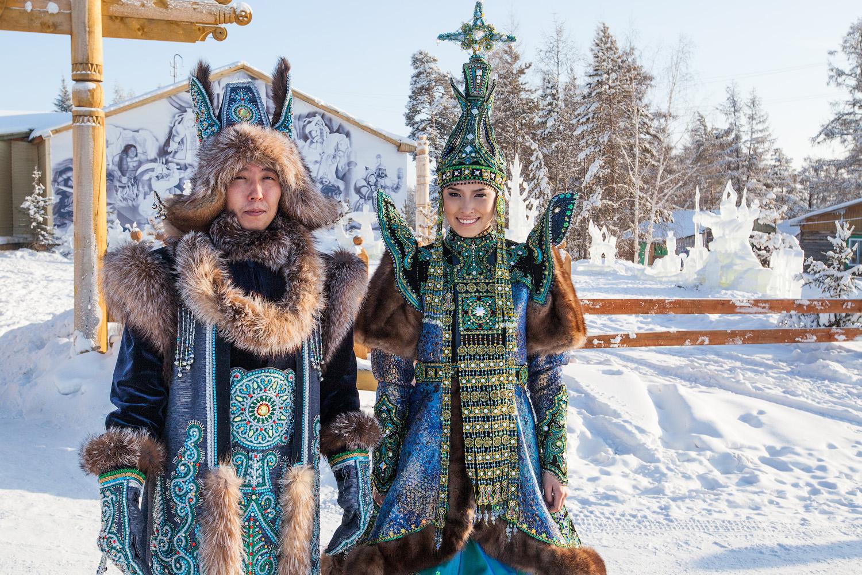 Djevojka na sebi ima kaput od brokata, obrubljen lisičjim krznom. Ispod kaputa je pregača ukrašena svetim jakutskim ornamentima i prekrivena resama.