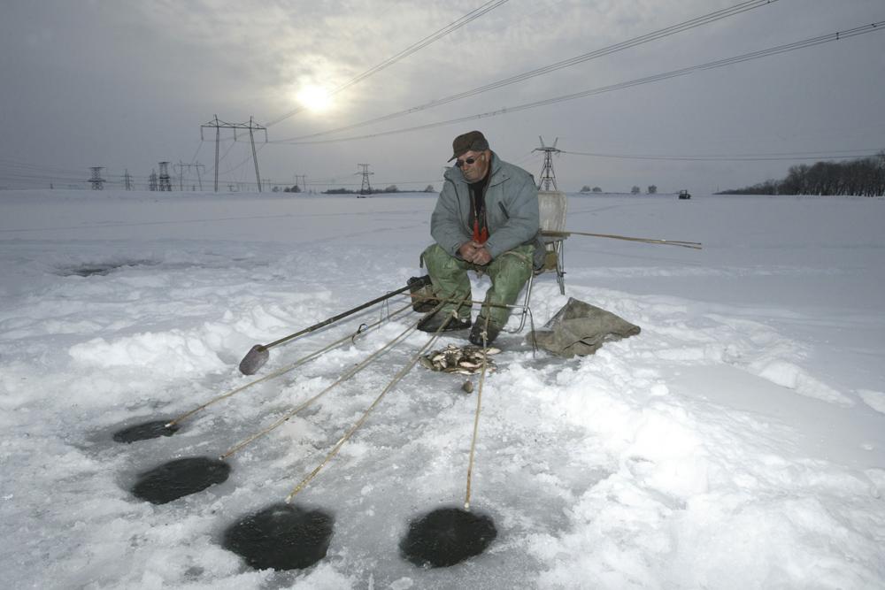 氷穴釣りは単なるエンターテイメントやリラックスの手段だけではなく、忍耐の試練でもある。極寒の中、何時間も座ったまま魚が釣れるのを待つことは、誰にでもできることではない。それに加えて、氷が割れて水中に転落する危険も常にとなり合わせだ。