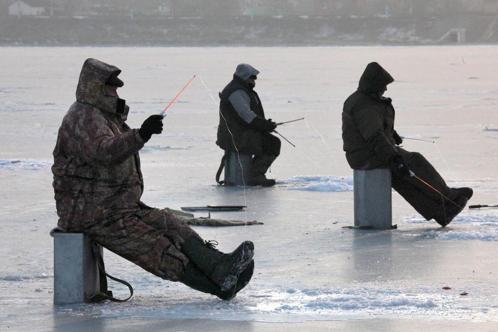 釣りに最適な時期は、冬の季節初めか終わり頃、つまり、初めて氷が張り始める11月~12月や、雪が溶け始める3月だ。冬の最も寒い時期である2月頃に魚を釣るのは容易ではない。