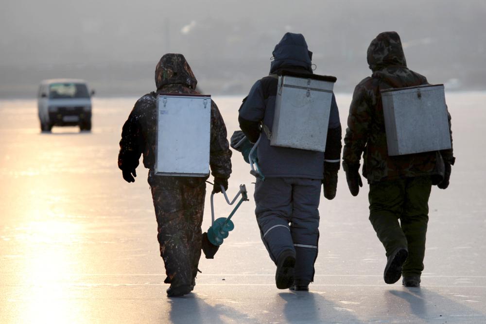 冬の釣り人は、氷用ドリル、氷用のみ(穴を作ったり、氷の強度を試すのに用いる金属製の大きな棒)、(大型の魚を引き上げるための)槍、椅子、そりやスキーなど、さまざまな道具を使う。