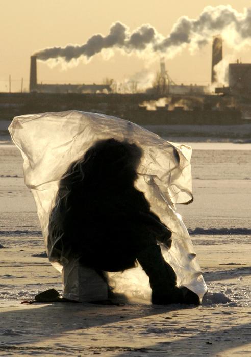 冬釣りの季節は何ヶ月も続く。モルミーシュカ(ロシアの釣り用ルアー)やスプーン型のルアーを使って釣りをする場合、釣り人は氷上のスポットを変え続けなければならない。竿とフローティングルアーを使って釣りでは、同じ場所に長時間居座ることになる。この場合、風からのシェルターを確保する必要がある。