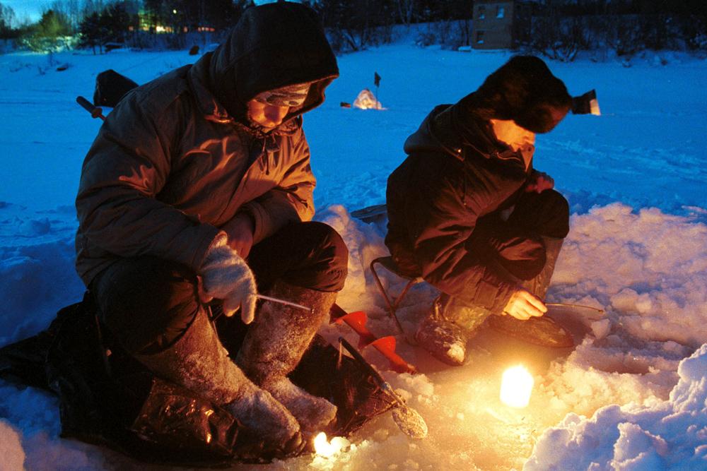 氷上では十分な警戒が必要だ。氷の厚さが5~8センチに満たない所には行くべきでない。氷にヒビが入ったら、その危険な場所から素早く、といっても激しい動きをせずに、歩き去る必要がある。肩にピッケルをかついでいれば、釣り人が水中に転落した場合に這い出しやすくなる。