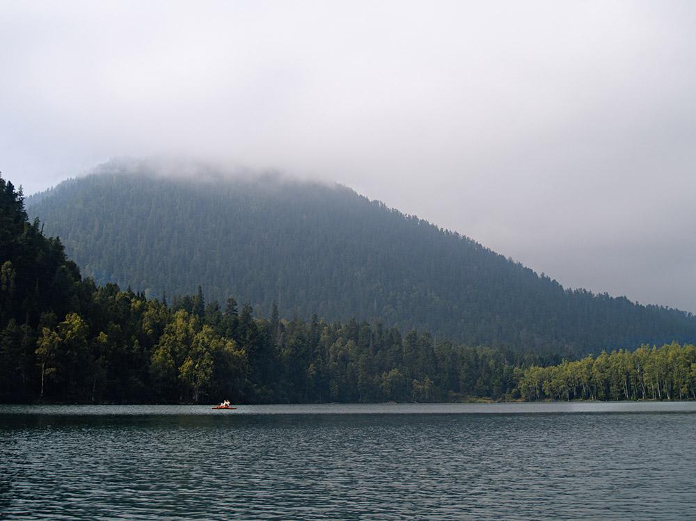 Les lacs d'Irkoutsk ne sont pas facile d'accès (à 5,210km de Moscou) : 185 kilomètres d'une route qui n'est pas goudronnée, mais qui en grande partie longe les rives du Lac Baïkal et garantie une vue magnifique depuis votre fenêtre !