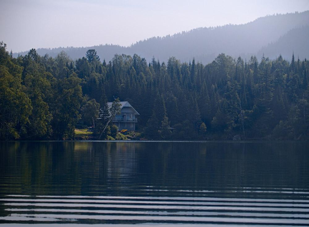 Ici, les lacs ont des noms magiques : Tioploïé (Chaud), Izoumroudnoïé (Emeraude), et Skazotchnoïé (Féerique). Du sable a été extrait des rives de la Rivière Snejnaïa pendant la construction du chemin de fer local, entraînant la formation des Lacs Izoumroudnoïé et Skazotchnoïé.