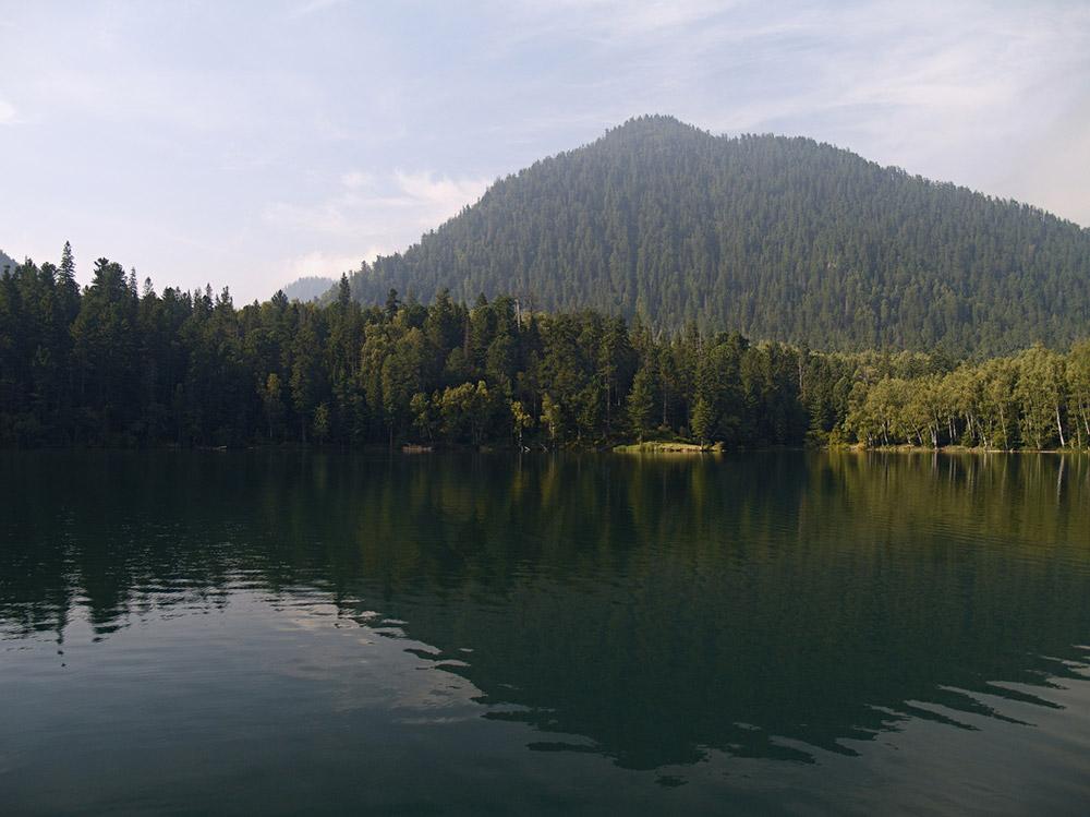 Le troisième lac, Tioploïé, a été formé suite au glissement de blocs de glace. Ces lacs sont entourés par une forêt mixte et des arbres géants – les vieux peupliers noirs – poussent ici. Ils ont atteint de telles proportions, qu'il faudrait quatre ou cinq personnes pour en entourer un seul.