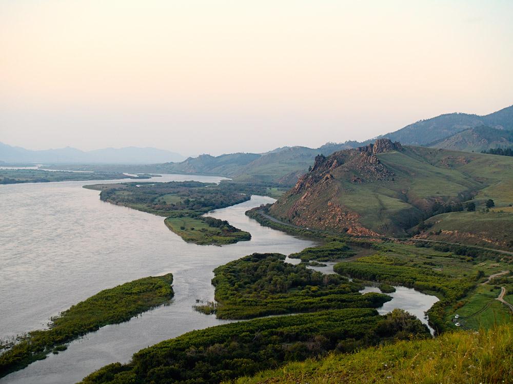 Si vous voulez trouver de beaux sites bouriates et sentir profondément la grandeur de la nature locale, dirigez vous vers la Montagne du Lion Endormi (Omouliovaïa en langue bouriate) qui n'est pas loin de la ville Tarbagataï.