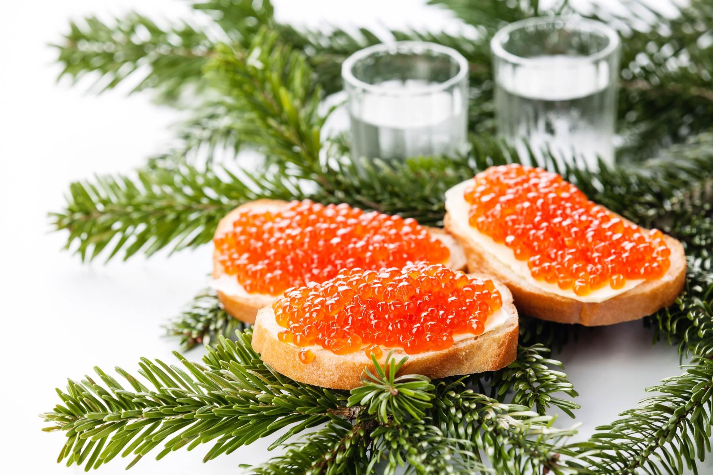 Caviar rojo o negro. Si optamos por caviar negro de esturión, la variedad más exquisita es el caviar gris o Beluga. El caviar se suele servir en finas rebanadas de pan blanco con mantequilla. Si el caviar se sirve como plato individual, el bol del caviar se sirve entre cubitos de hielo.