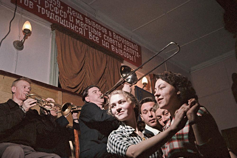 Sábado por la noche, miembros del Komsomol, las juventudes comunistas, en Bratsk, región de Irkutsk, 1959.
