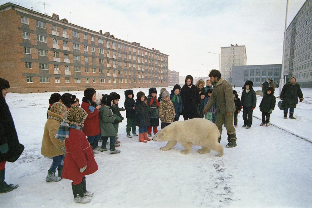 Escolares con un osos cerca de Jantaika, el segundo lago más grande de la región, después del Baikal, en la década de los 80.