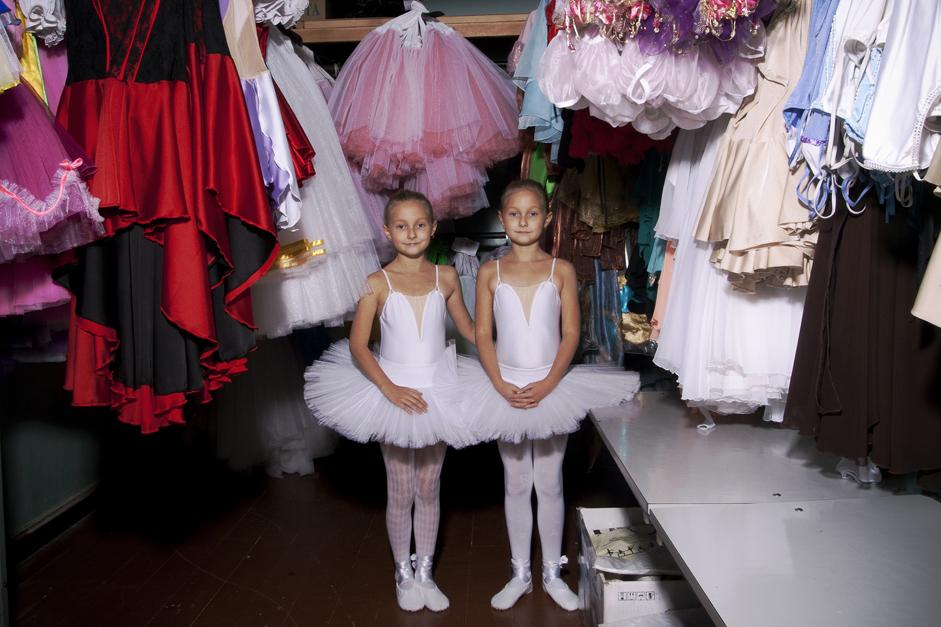 Zu Sowjetzeiten durften die Einwohner als Entschädigung für die mit dem Leben in den geschlossenen Städten verbundenen Schwierigkeiten frei Waren kaufen, die im offiziellen Handel meist nur unter dem Ladentisch gehandelt wurden. In den meisten dieser Städte erhielt die Bevölkerung eine Gehaltszulage, um die Unannehmlichkeiten zu kompensieren. // Dascha und Jana, zehn Jahre, nehmen seit fünf Jahren am Ballettunterricht teil