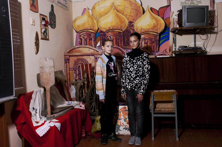 Wenn die Einwohner eine Urlaubsreise unternehmen wollten oder ein Studium in einer anderen Stadt aufnahmen, sollten sie auf Fragen über ihren Wohnort mit einer entsprechend vorbereiteten Lüge antworten: Wenn eine Person zum Beispiel in Tscheljabinsk-70 lebte (dem heutigen Sneschinsk), sollte sie antworten, dass sie aus Tscheljabinsk stamme. // Vika und Mascha, 12 Jahre alt, nehmen seit sieben Jahren am Ballettunterricht teil