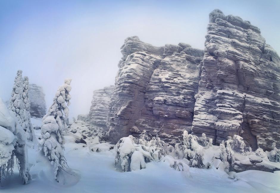 Ural ustvarja mejo med Evropo in Azijo ter velja za najstarejše gorovje na svetu. Je tudi dom neštetim naravnim rezervatom in smučiščem, zgodbam o neznanih letečih predmetih in naravnih anomalijah. Iz teh gora izvirajo zgodbe, kot je zgodba o smrti Djatlova in naslednikov, ki so šli po njegovih stopinjah.