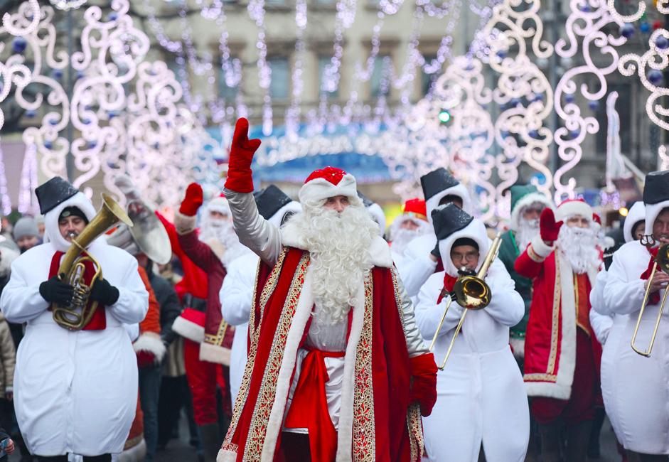 Povorka Snjegovića na čelu s Djeda Mrazom na Pionirskom trgu u Sankt-Peterburgu.