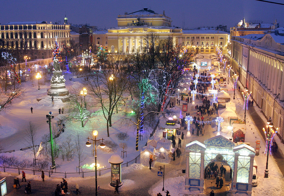 Posjetitelji uživaju na Trgu Ostrovskog u Sankt-Peterburgu.