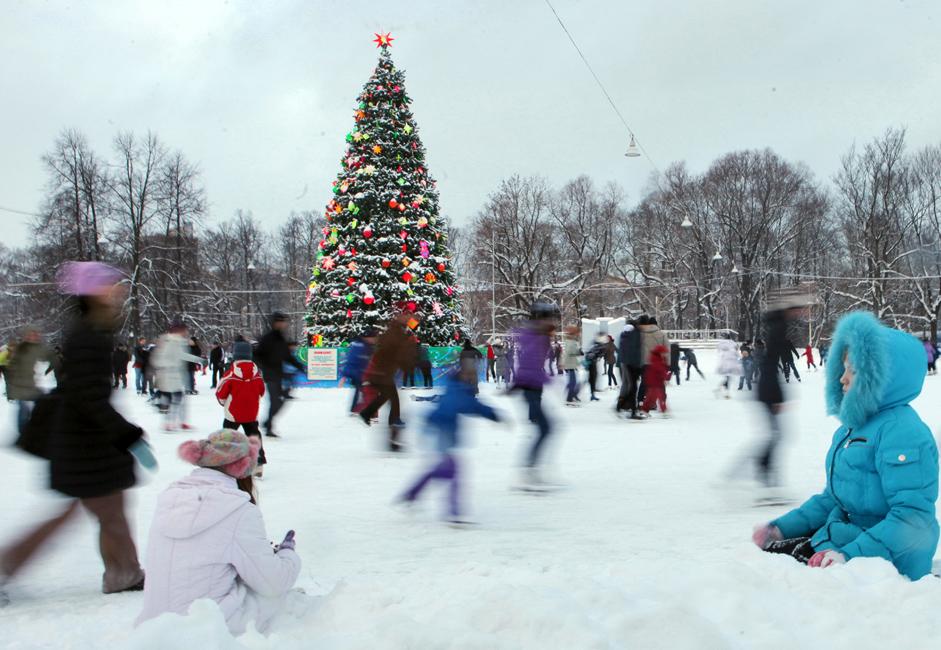 サンクトペテルブルク中央公園の青空スケート場、クリスマスツリーを背景にスケートを楽しむ。