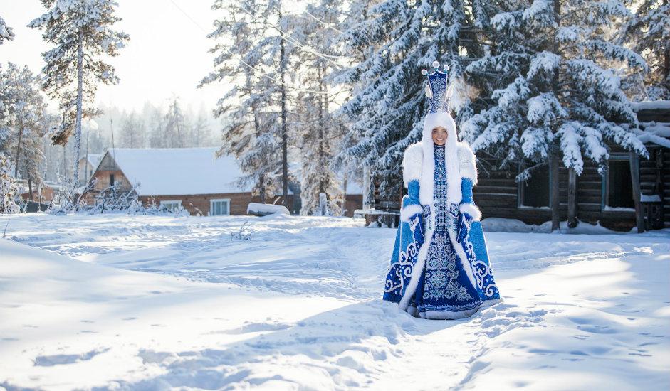 """10/13. Висока капа конусног облика оивичена густим крзном поларне лисице украшена је роговима и јакутском омиљеном шаром у облику лире, познатом као """"кегјор ојуу""""."""