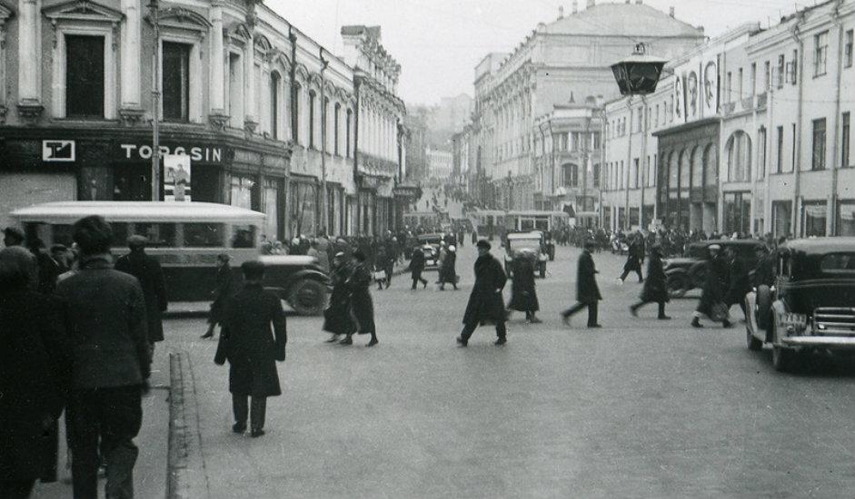 Norveški fotograf Eirik Sundvor na svojim je snimkama iz 1935. ovjekovječio Moskvu ranog sovjetskog razdoblja. Mnoge njegove fotografije čuvaju se u gradskom arhivu Trondheima (treći po veličini grad u Norveškoj, ranije se zvao Nidaros). Fotografije prikazuju ruski glavni grad onakvim kakav ga današnji stanovnici ne znaju: posvuda se nalaze dvokatne drvene kuće, građani se voze u zaprežnim kolima umjesto u automobilima, a na Crvenom trgu se održavaju parade podrške Komunističkoj partiji.