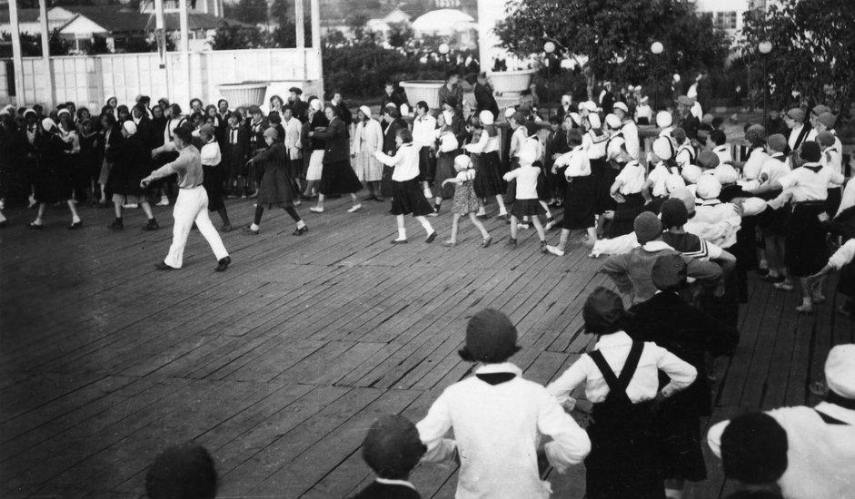 """Park """"Gorki"""" otvoren je 1928. Nalazi se na Krimskom valu, odmah pored rijeke Moskve i stanice metroa """"Park kulture"""". Park je projektirao Konstantin Meljnikov, svjetski poznati sovjetski avangardni arhitekt i inženjer."""